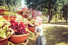 L'enfant regarde des fleurs photos libres de droits