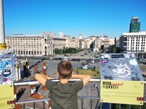 L'enfant regarde hors de la plate-forme d'observation Khreshchatyk image libre de droits