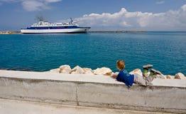 L'enfant regarde sur le bateau Photographie stock
