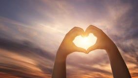L'enfant remet la forme de coeur de formig Images libres de droits
