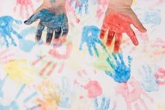 L'enfant remet la peinture colorée Image libre de droits