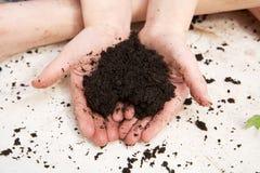 Mains d'enfant tenant le sol sous forme de coeur Photo libre de droits