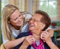 L'enfant rend visite à la grand-mère Image stock