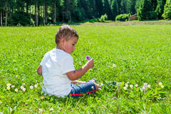 Enfant reposé sur la pelouse Images stock