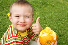L'enfant retient l'orange nadkusanny Photographie stock