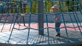 L'enfant s'élève sur le carrousel banque de vidéos