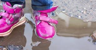 L'enfant sautant pour des magmas sur la route, automne, plan rapproché Photographie stock