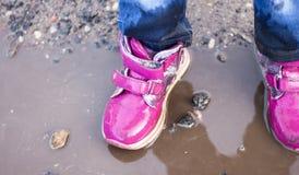 L'enfant sautant pour des magmas sur la route, automne, plan rapproché Photo stock