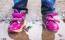 L'enfant sautant pour des magmas sur la route, automne, plan rapproché Images libres de droits