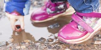 L'enfant sautant pour des magmas sur la route, automne, plan rapproché Photos stock