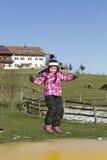 L'enfant sautant sur le trempoline photographie stock