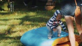 L'enfant saute sur un tube et rire doux Surfers avec de longues planches de surf passant par banque de vidéos