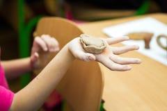 L'enfant sculpts de l'argile Photographie stock libre de droits