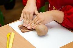 L'enfant sculpts de l'argile Photos stock