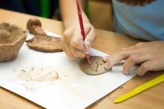 L'enfant sculpts de l'argile Photo libre de droits
