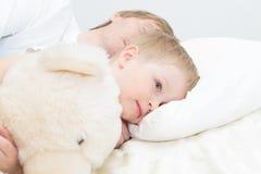 L'enfant se réveillent dans le début de la matinée Image libre de droits