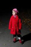L'enfant seul dans l'obscurité. Lumière excessive Photo libre de droits