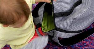L'enfant sort du sac banque de vidéos