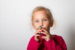 L'enfant souffle dans le sifflement Photos libres de droits