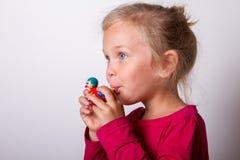 L'enfant souffle dans le sifflement Image stock