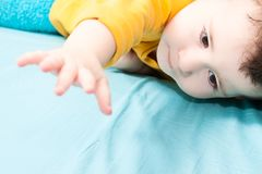 L'enfant soulève sa main Photographie stock libre de droits