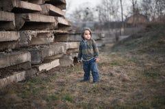 L'enfant sur le site abandonné Photographie stock libre de droits