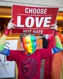 L'enfant tenant le Fourmi-atout choisissent le signe de haine d'amour pas avec le masque Images stock
