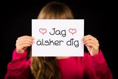 L'enfant tenant le signe avec le Suédois exprime Jag Alsker Dig - amour Yo d'I Image libre de droits