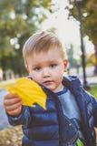 L'enfant tient la feuille images libres de droits