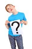 L'enfant tient le point d'interrogation Photos libres de droits