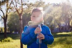 L'enfant tient une bouteille d'eau photos libres de droits