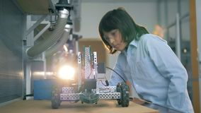 L'enfant vérifie une construction de jouet, fin  banque de vidéos