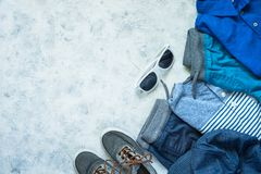 L'enfant vêtx - des jeans, le polo et la vue supérieure d'espadrilles Image libre de droits