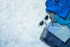 L'enfant vêtx - des jeans, le polo et la vue supérieure d'espadrilles Photographie stock libre de droits
