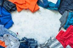 L'enfant vêtx - des jeans, le polo et la vue supérieure d'espadrilles Photo stock