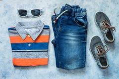 L'enfant vêtx - des jeans, le polo et la vue supérieure d'espadrilles Photos stock