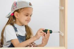L'enfant a vissé le coffret en bois de attachement Image libre de droits