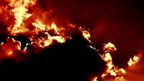 L'enfer de soufflement brûlant mettent le feu à cinématographique épique de laps de temps de nuages banque de vidéos