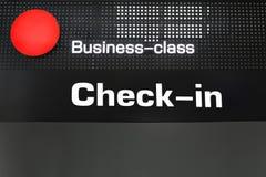 L'enregistrement de passagers de classe d'affaires signent le bureau à l'aéroport international photos libres de droits