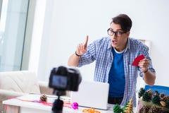 L'enregistrement visuel de blogger faisant la décoration de papier photos libres de droits
