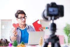 L'enregistrement visuel de blogger faisant la décoration de papier images libres de droits