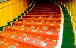 L'enroulement a coloré les escaliers tapissés avec du bois images libres de droits