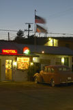 L'enseigne au néon de Route 66 et le motel historique de bord de la route de vintage accueille de vieux voitures et invités dans  Image stock