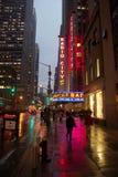 L'enseigne au néon pour le théâtre de variétés par radio célèbre de ville a réfléchi sur un trottoir humide Photo stock