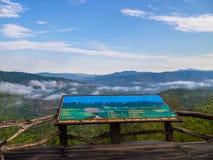 L'enseigne de la montagne du Thaïlandais-Laos sur les balcons en bois avec le Mountain View dans Phu Suan Sai National Park Photo stock