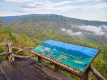 L'enseigne de la montagne du Thaïlandais-Laos sur les balcons en bois avec le Mountain View dans Phu Suan Sai National Park photographie stock