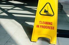 L'enseigne jaune montre le nettoyage en cours Image stock