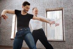 L'enseignement mûr créatif d'instructeur de danse a vieilli l'homme à la salle de bal Photo libre de droits