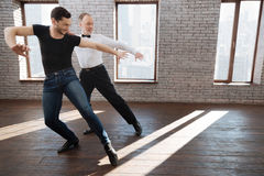 L'enseignement mûr inspiré d'instructeur de danse a vieilli l'homme à la salle de bal Photo libre de droits