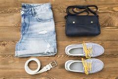 L'ensemble d'été élégant vêtx pour la femme sur le fond blanc, vue supérieure Configuration plate Photographie stock libre de droits